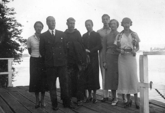 El Padre Francisco Valdés con su familia en la quinta Los Pinos en Valdivia. Hacia 1937