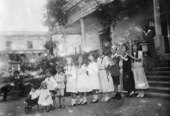 Retrato de primos y hermanos de Maximiano. Hacia 1924