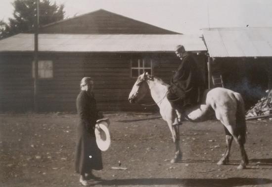 Padre Francisco a caballo junto a su madre Blanca Subercaseaux, después de 1937