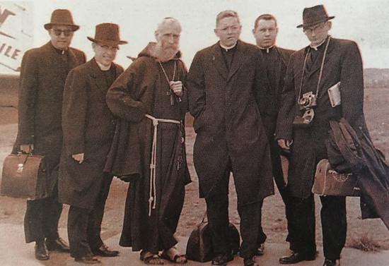 Monseñor Valdés con jesuitas del colegio San Mateo de Osorno