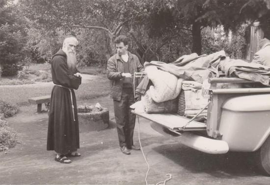 Cargando la camioneta con ayuda a daminificados. Hacia 1960