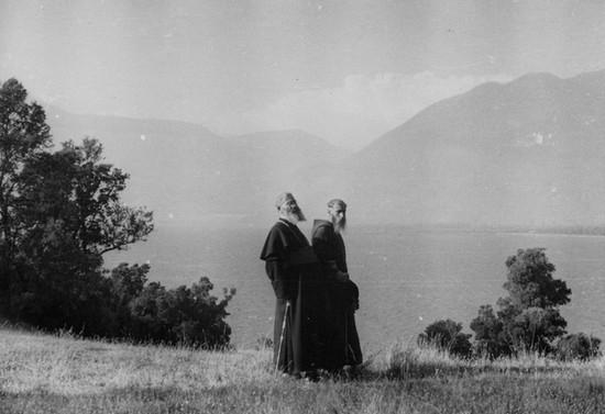 Monseñor Guido Beck de Ramberga y el padre Francisco caminando en la ribera de un lago en el sur, hacia 1937