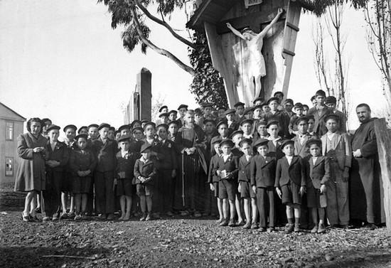 Grupo de escolares en el Cristo de Carhuello. Hacia 1943