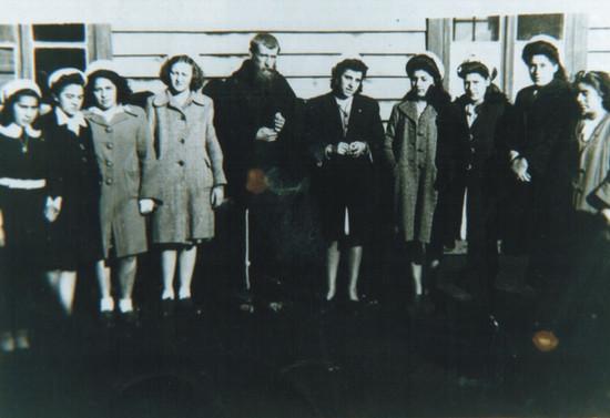 Junto al grupo de Acción Católica en la Araucanía. Hacia 1940
