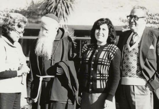 Monseñor Francisco Valdés junto a Lucía Gutiérrez, una de las primeras focolarinas chilenas, y su familia. 1977