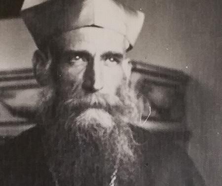 Monseñor Valdés con su cruz tallada por él. Hacia 1956