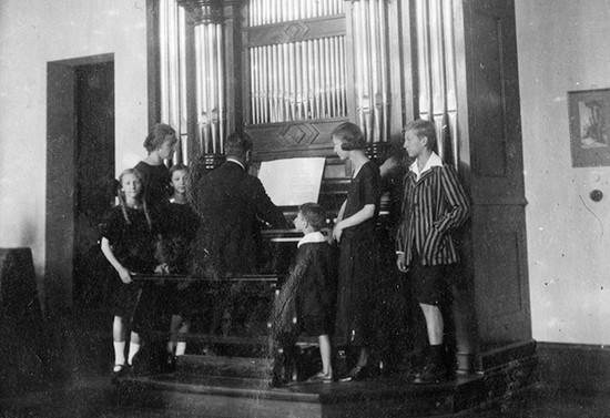 Familia en torno al órgano. Hacia 1924