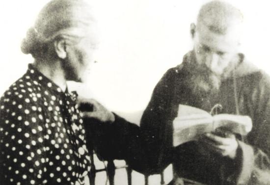 Padre Francisco en oración junto a su madre Blanca Subercaseaux. Hacia 1949