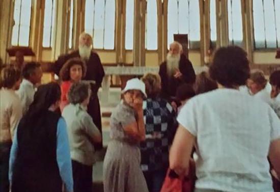 Recibiendo a los fieles en la Catedral de Osorno, d.1977