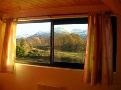 vue sur les montagnes depuis la chambre double à l'étage du gîte Laguës