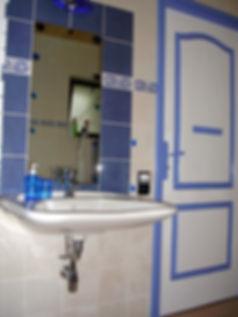 le lavabo sans colonne de la salle d'eaux labellisée tourisme et handicaps du gîte Laguës