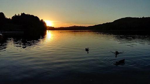 coucher du soleil sur le lac de Lourdes