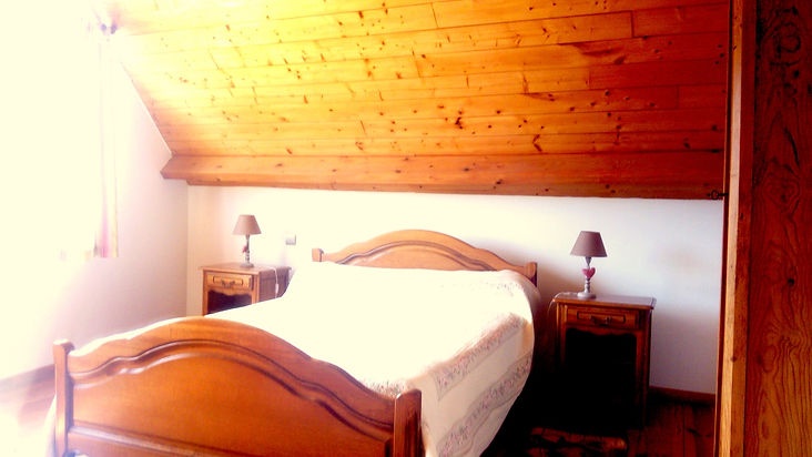 la chambre double à l'étage du gîte Laguës