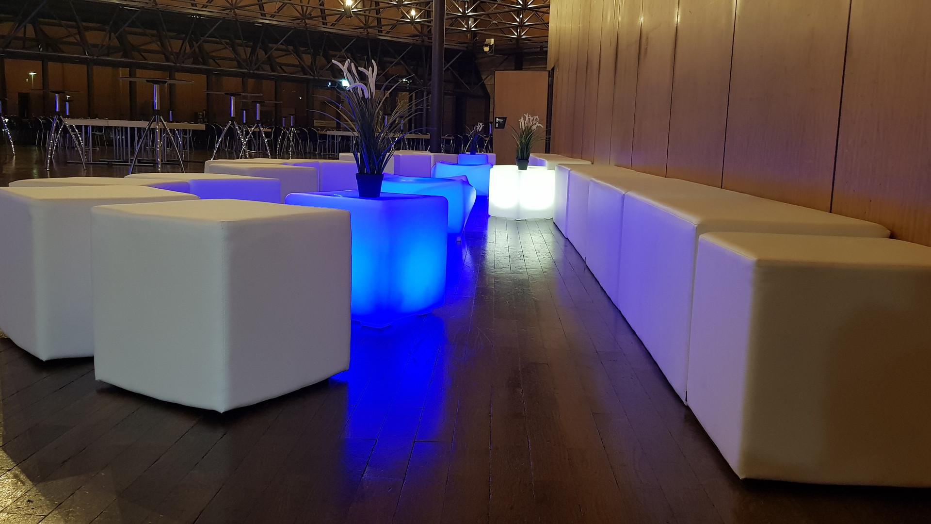 Lounge Weiß mit LED Tisch