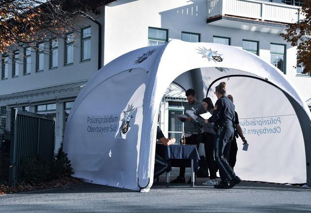 XGLOO-Schleusenzelt-Polizei.jpg