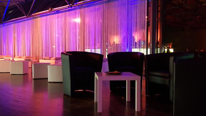 Fadenvorhang und Lounge Möbel Mix