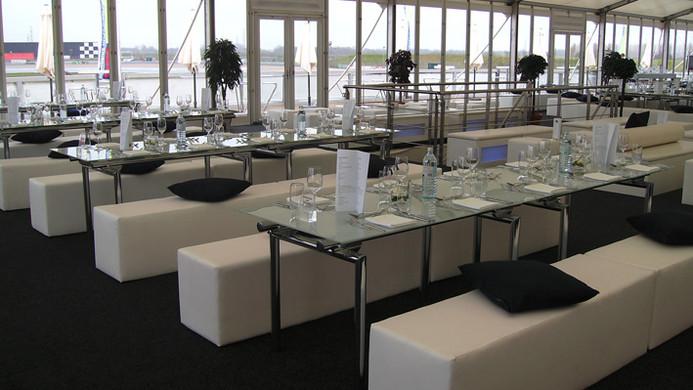 Sitzbank Lounge mit Glastisch