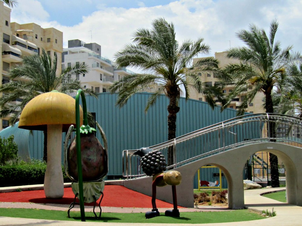 Story: The Little Roach with big ideas - at Story Garden in Holon