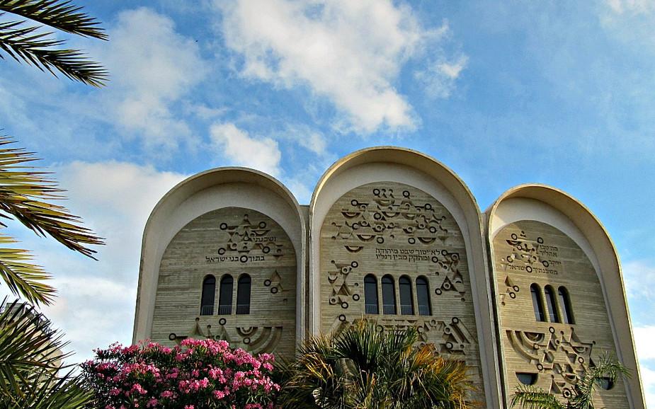 Ibn Gvirol Street in Tel Aviv - Hechal Yehuda Synagogue