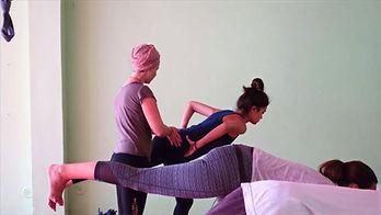 yoga%20utbildning%20hands%20on_edited.jp