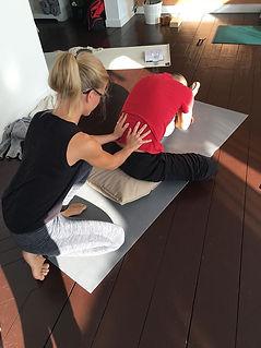 camilla Settlin korrigerar under yogalär