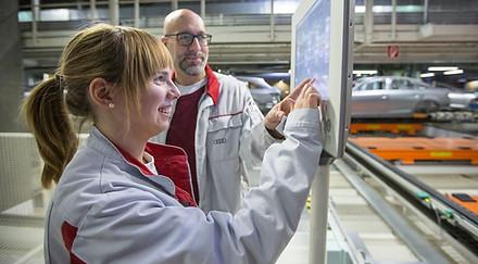 Производство на заводе диджитализировано. На фото сотрудник и стажер завода Audi