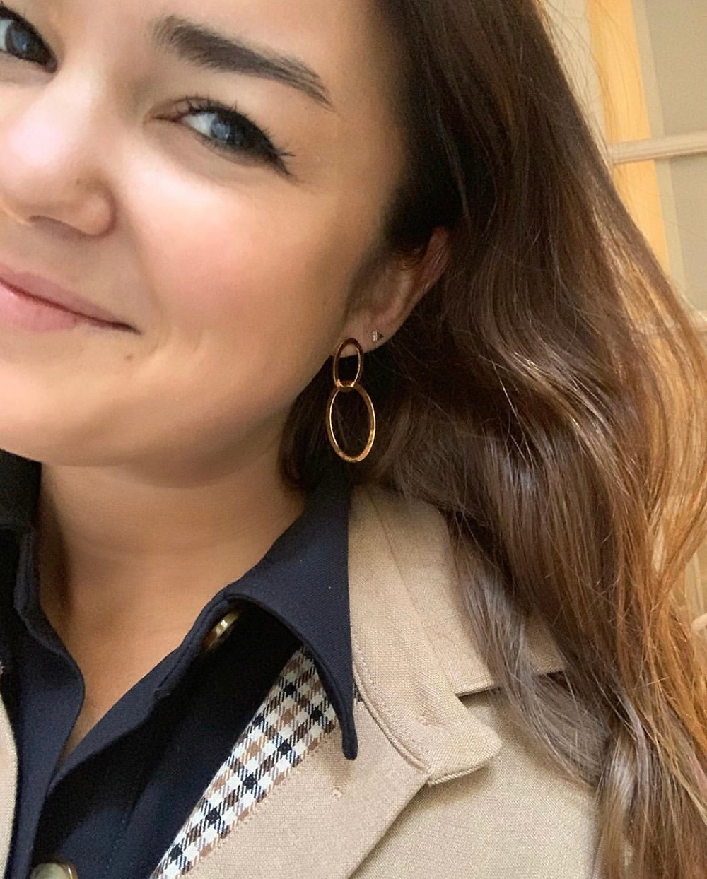 Des BO qui illuminent le visage, l'accessoire fétiche de Jessica Troisfontaine