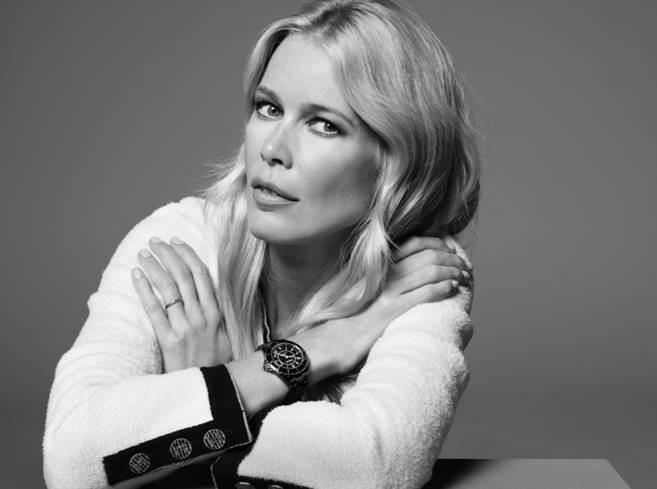 La top model Claudia Schiffer porte la montre J12 de CHANEL