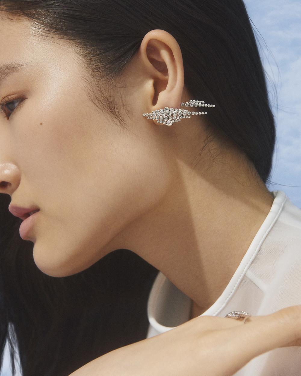 Boucle d'oreilles Boucheron en or blanc, diamants et cristal de roche dépoli