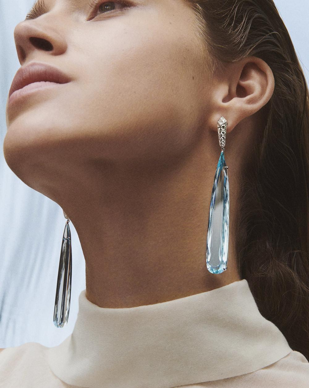 Pendants d'oreilles sertis de gouttes d'aigue-marines et de diamants sur or blanc