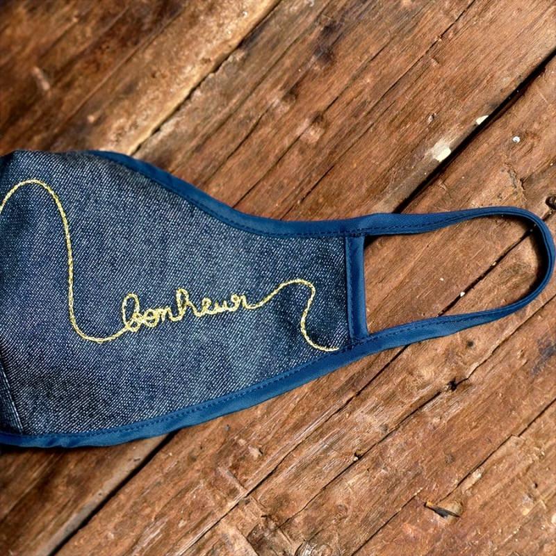 Masque en tissu denim brodé au fil d'or Bonheur - Atelier Paulin