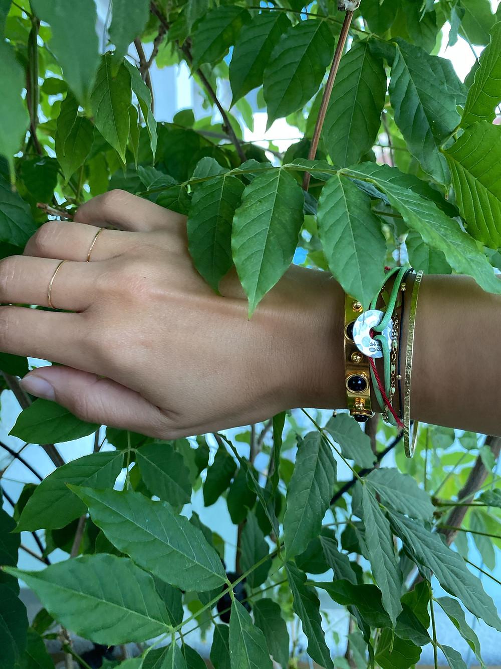 Les bijoux d'Inès Leonarduzzi : ses deux bagues fines en or, un bracelet Sylvia Toledano et un bracelet 5 Octobre