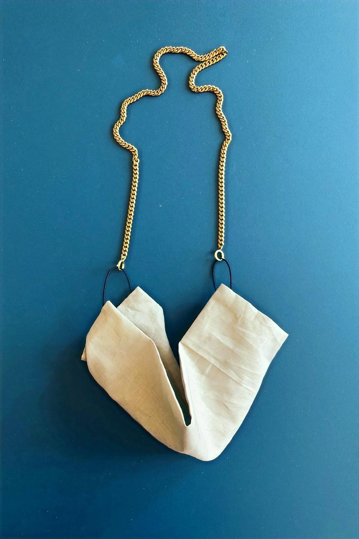 Masque en coton et chaîne en laiton doré de la marque de bijoux Saskia Diez
