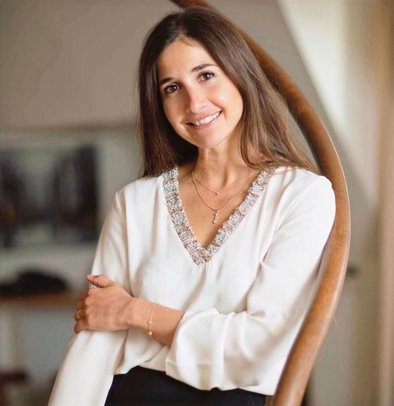 Pauline Laigneau, co-fondatrice de GEMMYO, porte le pendentif Florence et le pendentif Lady en or jaune et diamants.