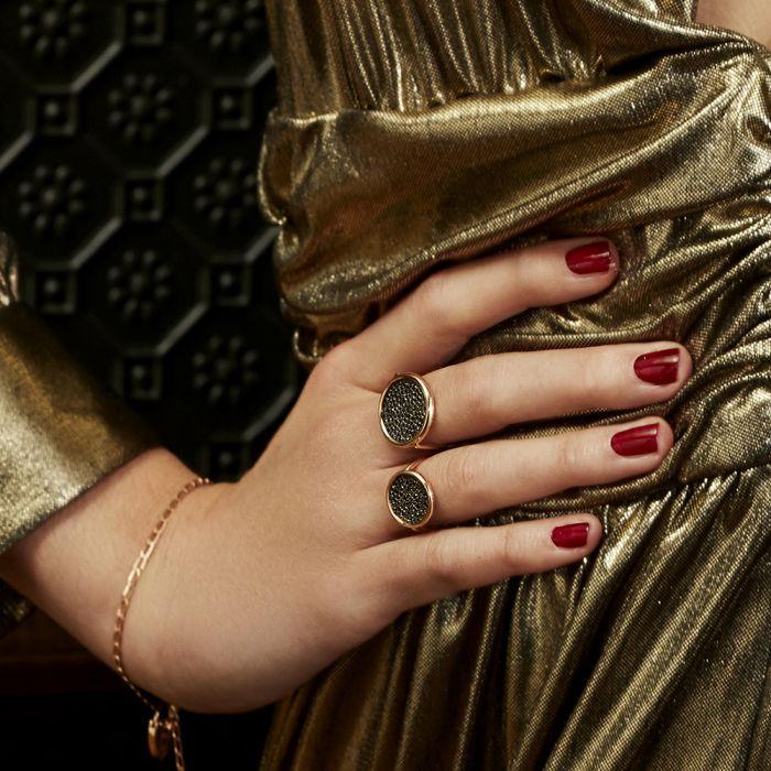 La bague Baby Black Diamond Disc ring signée Ginette NY fait partie de ses indispensables