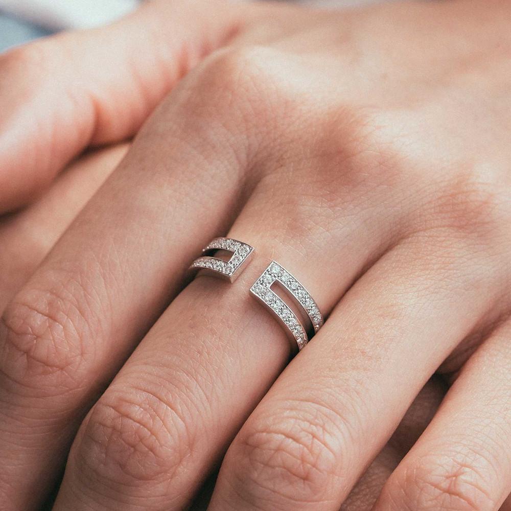 Bague en or blanc pavée de diamants blancs de la marque de joaillerie GEMMYO