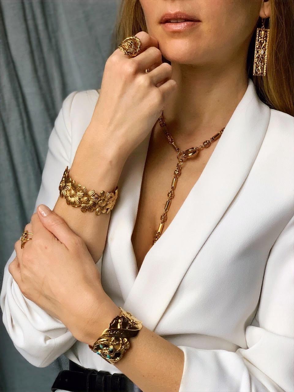 Bracelets, bague, boucles d'oreilles et colliers en laiton doré signés de la marque de bijoux Dear Charlotte
