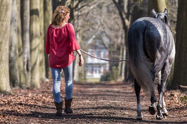 Katinka en Idalgo aan het wandelen.jpg