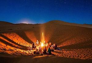 Feu de camp sous les étoiles du désert_edited.jpg