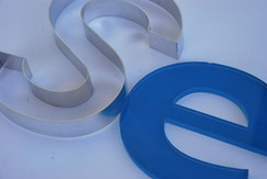 Metallbuchstaben und Plexibuchstaben lackiert oder foliert