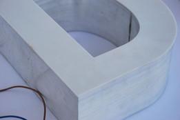 Leuchtbuchstabe mit Seitenkante Alu, Sichtfläche ausgefräst Plexi opal