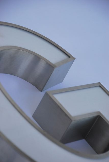 Niro-Leuchtbuchstabe mit LED-Ausleuchtung