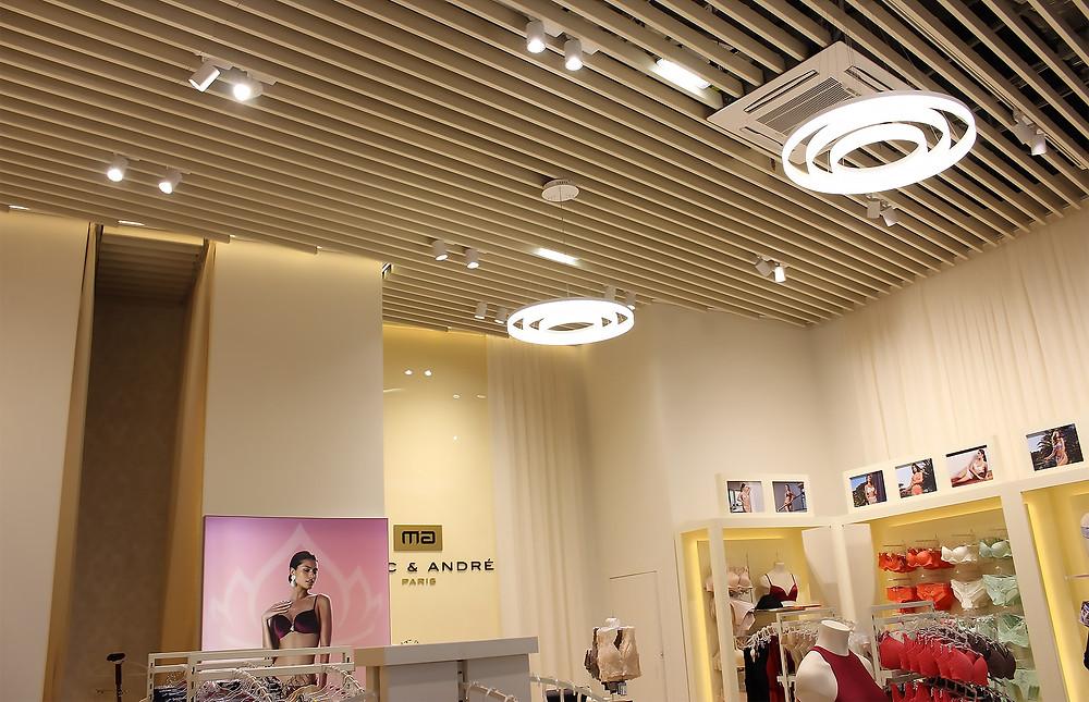 Трековые светильники и шинопровод в магазине Marc & André