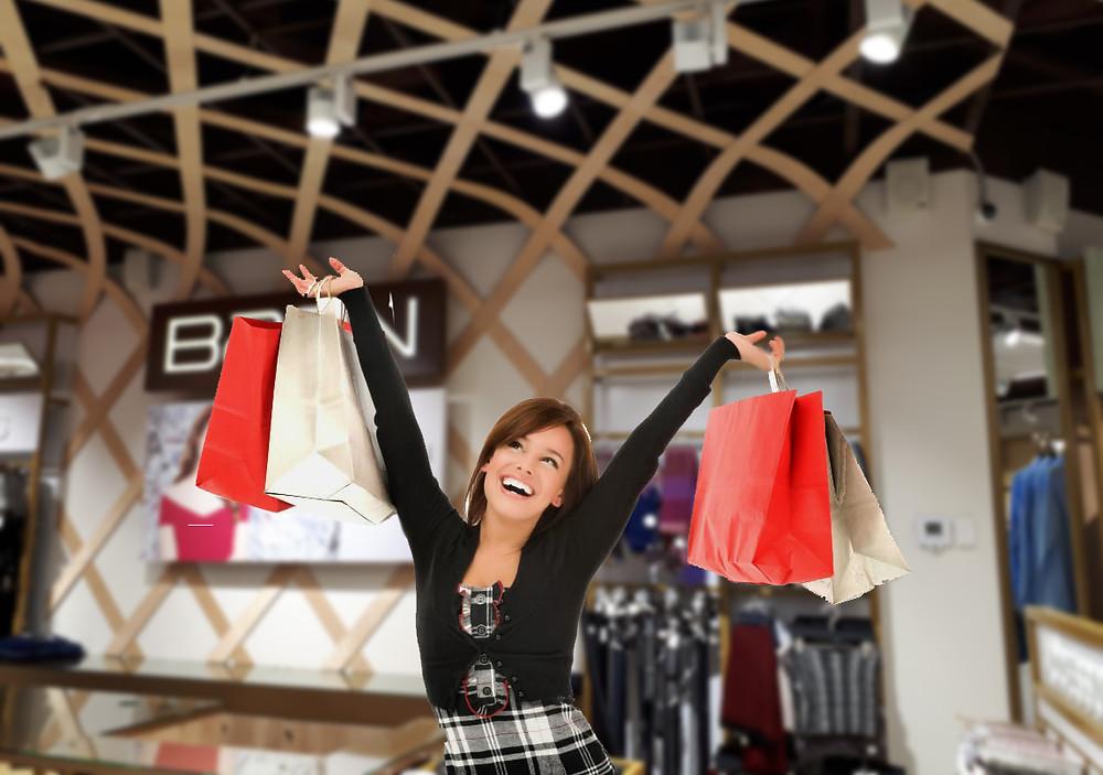 Счастливый покупатель радуется освещению магазина