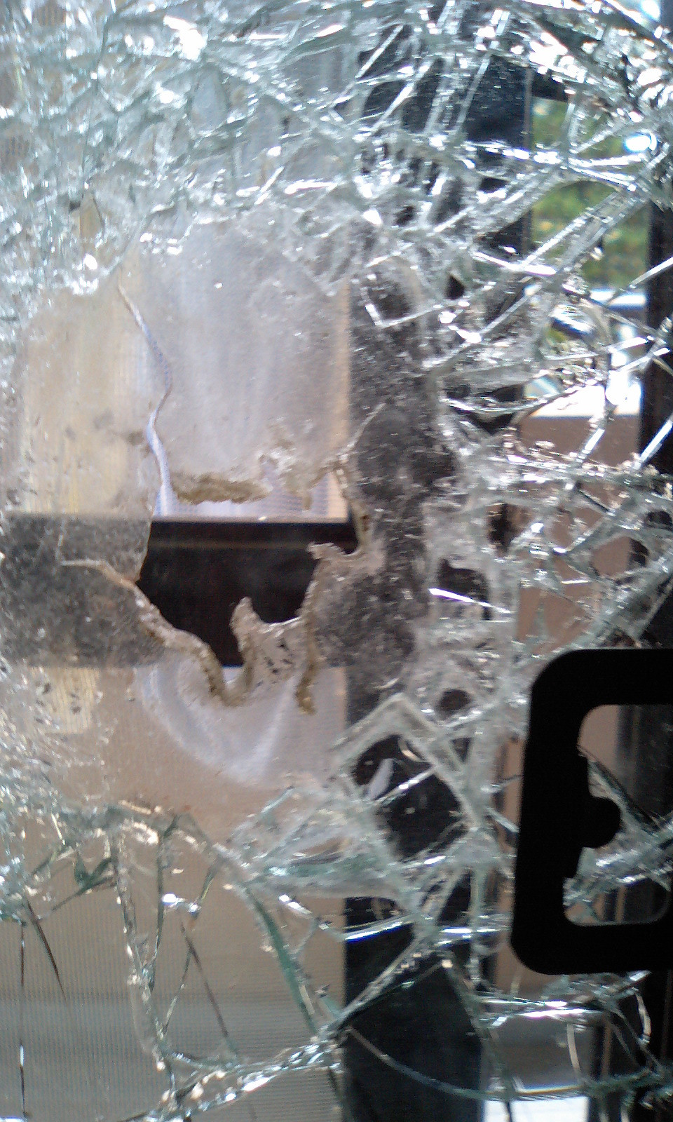 割れた防犯ガラス