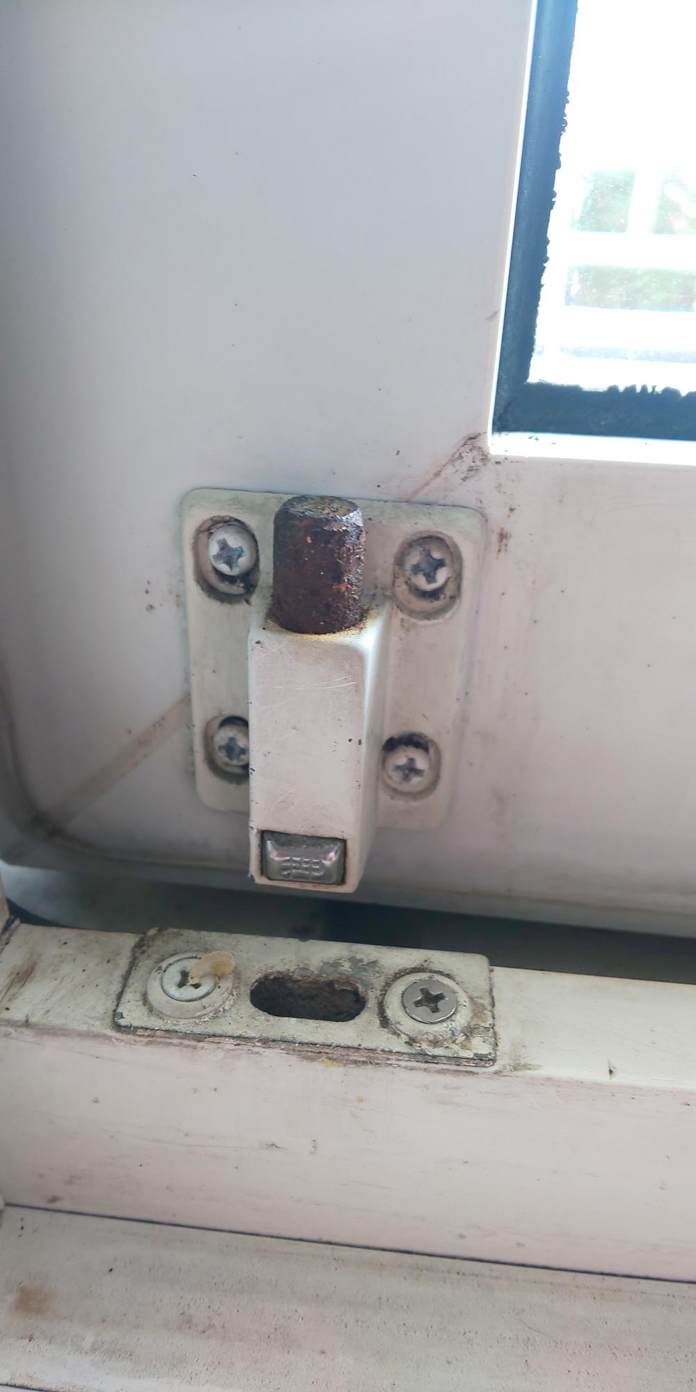 プッシュ栓錠