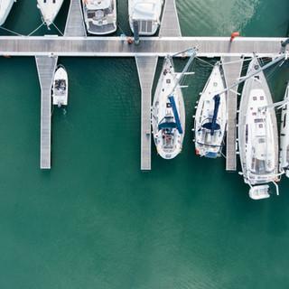 Foto aérea de un puerto deportivo