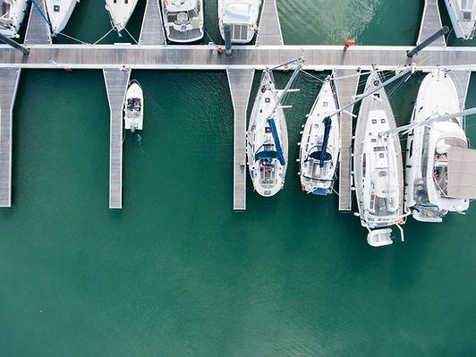 Foto aerea di un porto turistico