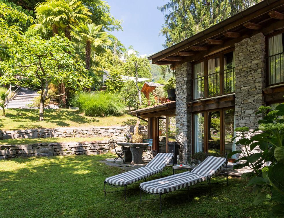 Rustico 2, Liegestuhl im Garten