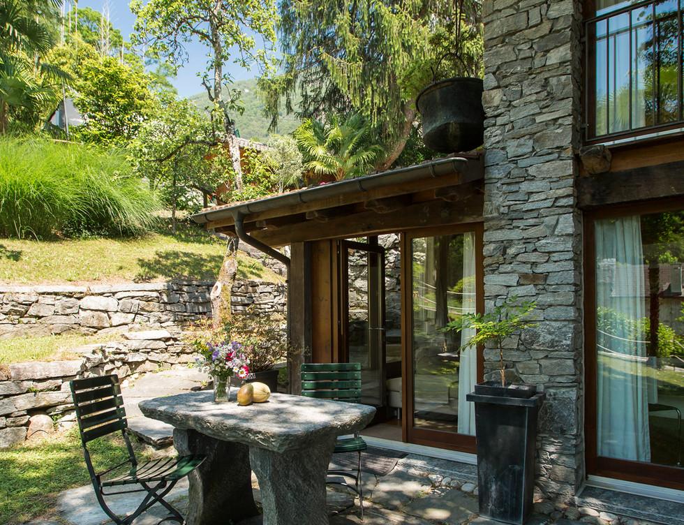 Rustico 2, Tisch und Garten aussen